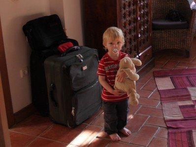 Kind im Urlaub mit Kuscheltier