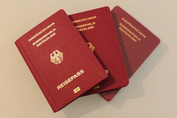 Auch Babys und Kleinkinder benötigen für Reisen ins Ausland bereits ein gültiges Reisedokument