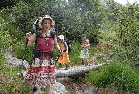 Familie Burkhard beim Wandern im Tessin