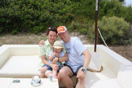 Flittern zu Dritt: Pamela (34), Martin (36) mit Jannik (21 Monate) im Familienurlaub auf Mallorca © PamiP