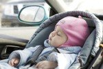 Baby im Kindersitz im Auto