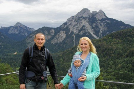 Mit der Familie in den Bergen: Papa (28), Mami in Pumps (24) mit Baby (6 Monate) © Mami-in-Pumps