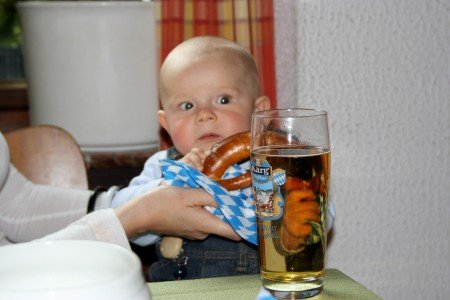 Baby auf bayerisch: Mit Brezel und Bier