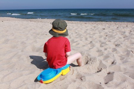 Mit Töpfchen am Strand © KidsAway