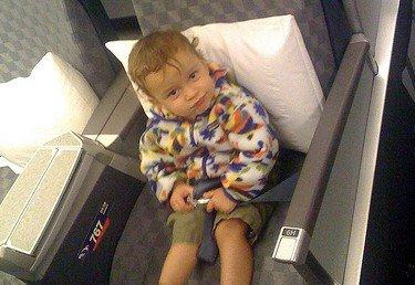 Beckengurte im Flugzeug sind für Kleinkinder gefährlich