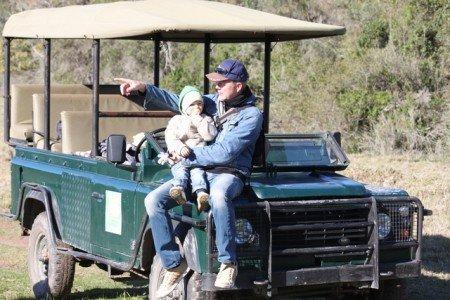 Mit dem Jeep und Kind durch die Wildnis