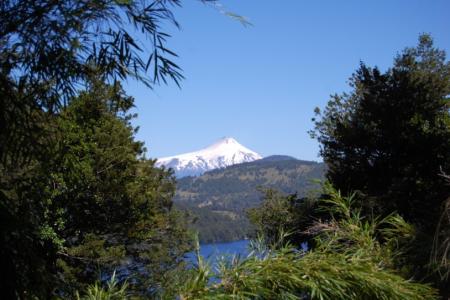Der Vulkan Villarrica, Chile - am Tag raucht er und nachts sieht man einen glühenden Fleck am Himmel © Elternzeitreise