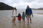 Das Awaroa Inlet auf dem Abel Tasman Track in Neuseeland kann nur innerhalb einer Stunde bei Ebbe überquert werden. Einen alternativen Weg gibt es nicht. © Elternzeitreise