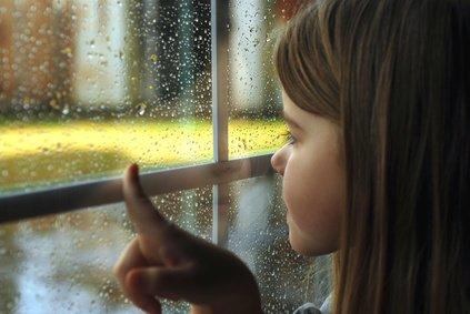 Kinder und Erwachsene bleiben bei Gewitter am besten im Haus