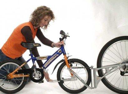 So wird die Tandemstange zwischen Kinderrad und Elternrad montiert