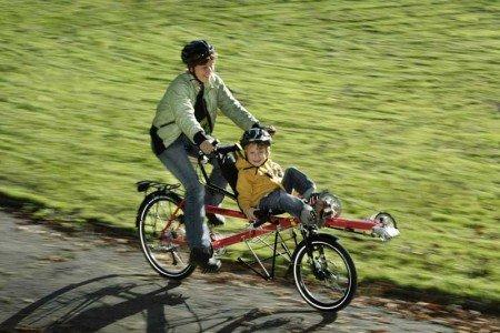 Im Liegen Fahrrad fahren