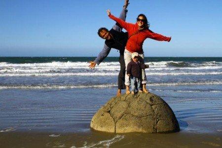 Familie Kunz auf einem der Moeraki Boulders in Neuseeland © Jan Kunz