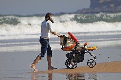 Sand, Wasser, Sonne - das muss ein Reisekinderwagen abkönnen © Marco Antonio Fdez. - Fotolia.com