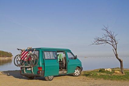 Romantisch, aber unbequem: zum Wohnmobil umgebauter Kastenwagen © Christa Eder - Fotolia.com