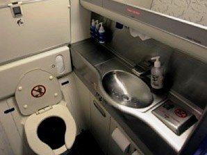 Eine normale Flugzeugtoilette - der Wickeltisch ist hochgeklappt
