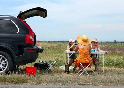 Ein gemütliches Picknick kommt günstiger als Rasten an der Tankstelle