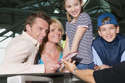 Ein familienfreundlicher Flug beginnt schon vor dem Einchecken © Image Source IS2 - Fotolia.com