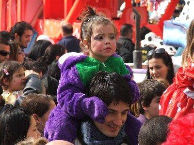 Beim Karnevalsumzug sind Kinder am besten weit oben aufgehoben