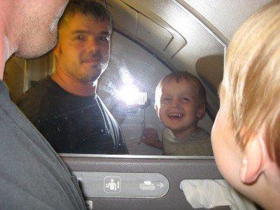 Wer sagt denn, dass Wickeln im Flugzeug keinen Spaß machen kann?