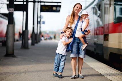 Familien reisen per Zug bequem und günstig