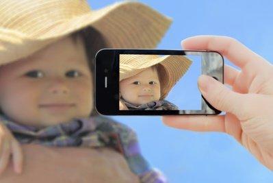 Ein Smartphone hat viele Vorteile für Eltern auf Reisen