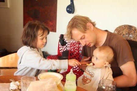 Auch die Kinder der Gastgeber (hier links) freuen sich über Besuch