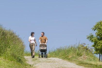Ein Spaziergang während des Mittagsschlafs schenkt Zeit zu zweit © ARochau - Fotolia.com