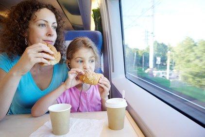 Ein Zugabteil ist ideal für reisende Familien © Pavel Losevsky - Fotolia.com