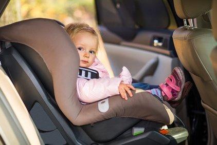 Für Kleinkinder birgt das Vorwärts Sitzen im Auto ein großes Risiko!
