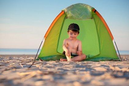 Niemals ohne Sonnenschutz am Strand! © levranii - Fotolia.com