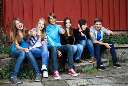 Teenager schließen im Urlaub schnell Freundschaften
