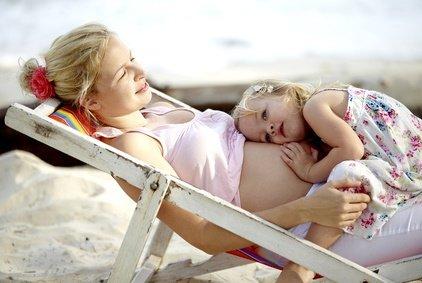 Hitze-Tipps für Eltern und Kinder: Sommerhitze im Urlaub und zu Hause – wie ihr sie für eure Kinder erträglich macht