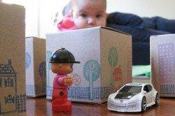 Kleine Schachteln und Männchen sind für Kinder im Flugzeug beste Beschäftigung