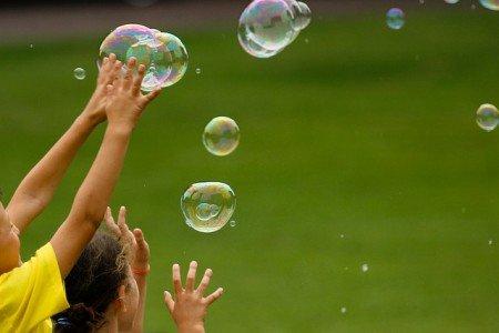 Kinder jagen Seifenblasen