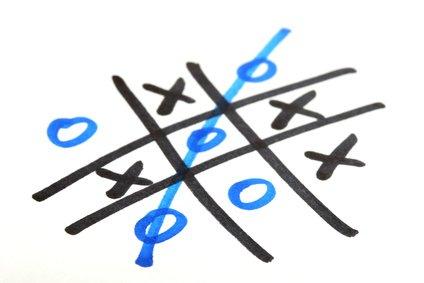 Zettel und Stift eröffnen ein Universum von Spielideen: zum Beispiel Tic Tac Toe
