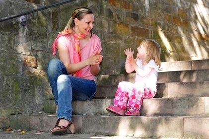 Über gemeinsames Singen und Spielen prägen sich Kinder Fremdsprachen ein © Stefan Gräf - Fotolia.com