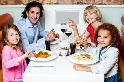 Spiele verkürzen die Wartezeit im Restaurant © stockyimages - Fotolia.com