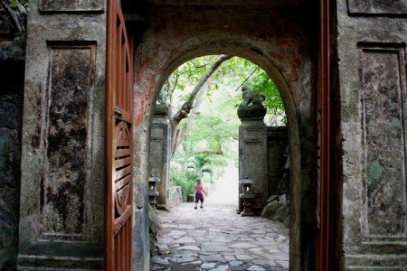 Der Weltwunderer-Sohn erkundet die Marble Mountains bei Da Nang