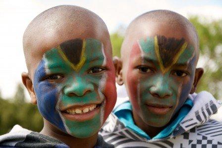 Diese Jungs von Stamm der Itsoseng heißen euch in Südafrika willkommen!