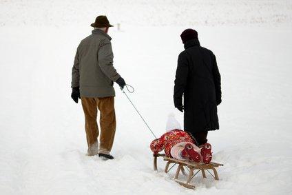 Oma und Opa sind auch im Skiurlaub tolle Babysitter © Daniel Schweinert - Fotolia.com