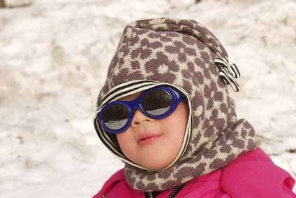 Eine Sonnenbrille ist cool - und wichtig für Babys © jeancliclac - Fotolia.com