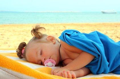 Ob am Strand oder im Hotel - wie schlafen Babys im Urlaub am besten?