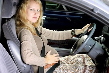 Schwanger mit dem Auto reisen - im Prinzip kein Problem © ambrozinio - Fotolia.com