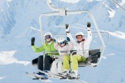 Siher unterwegs auf dem Skilift mit Kindern
