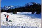 Schlittenfahren auf den letzten Schneefleckchen © Uwii