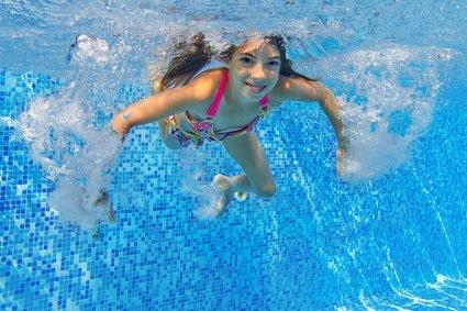Kinder sollten so früh wie möglich schwimmen lernen © Iuliia Sokolovska - fotolia.com