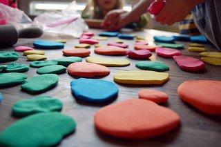 Auch mit Knetmasse kann man sich auf Reisen die Zeit vertreiben © Flickr/eren