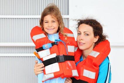 Ihr solltet das Anlegen der Rettungsweste gut einüben.