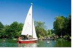 Entdecken Sie die Seenlandschaft mit dem Segelboot © Sonnenhotels