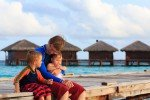 father with kids on tropical vacation © Fotolia
